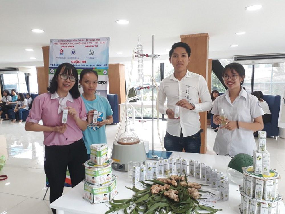 Huỳnh Minh Phước (thứ 2 từ phải sang) và các thành viên nhóm với bộ sản phẩm tinh dầu thiên nhiên. Ảnh: Hà Thế An.