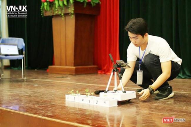 """Đỗ Minh Huy (SN 2002) và Phạm Nguyễn Nam Khoa (SN  2002), lớp 11A5-Trường THPT chuyên Lê Quý Đôn (TP Đà Nẵng) bên sáng chế  thiết bị """"tầm soát bệnh"""" cho cây trồng"""