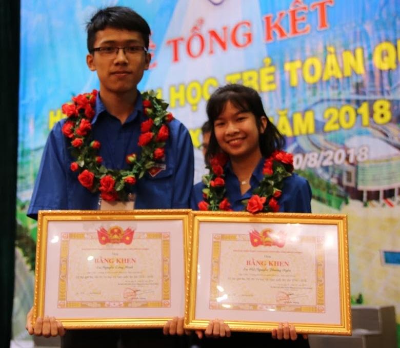 Nguyễn Công Minh nhận bằng khen Giải Ba Hội thi Tin học trẻ Toàn quốc 2018.