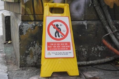 Biển cấm xả rác được đặt để cảnh báo người vi phạm.