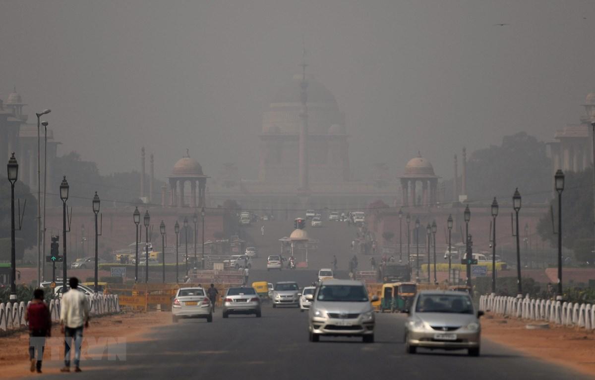 Khói mù ô nhiễm bao phủ bầu trời New Delhi, Ấn Độ ngày 25/10/2018. (Ảnh: AFP/ TTXVN).