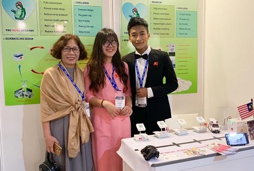 Hải và Lam tại gian hàng trưng bày sáng chế ở triển lãm ITEX. Ảnh:  NVCC.