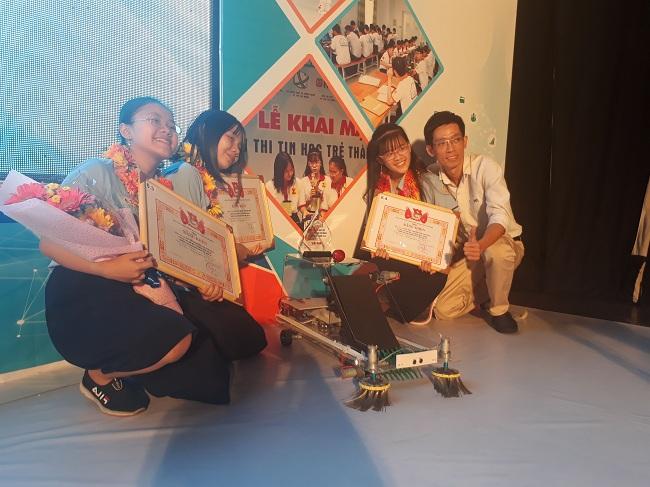 Ba nữ sinh và mô hình xe dọn rác tự động tại Lễ tổng kết và trao giải Tin học trẻ TP.HCM năm 2019. Ảnh: Hà Thế An.