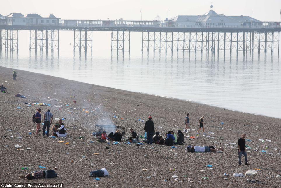 Bãi biển Brighton tràn ngập rác thải sau mỗi dịp cuối tuần.