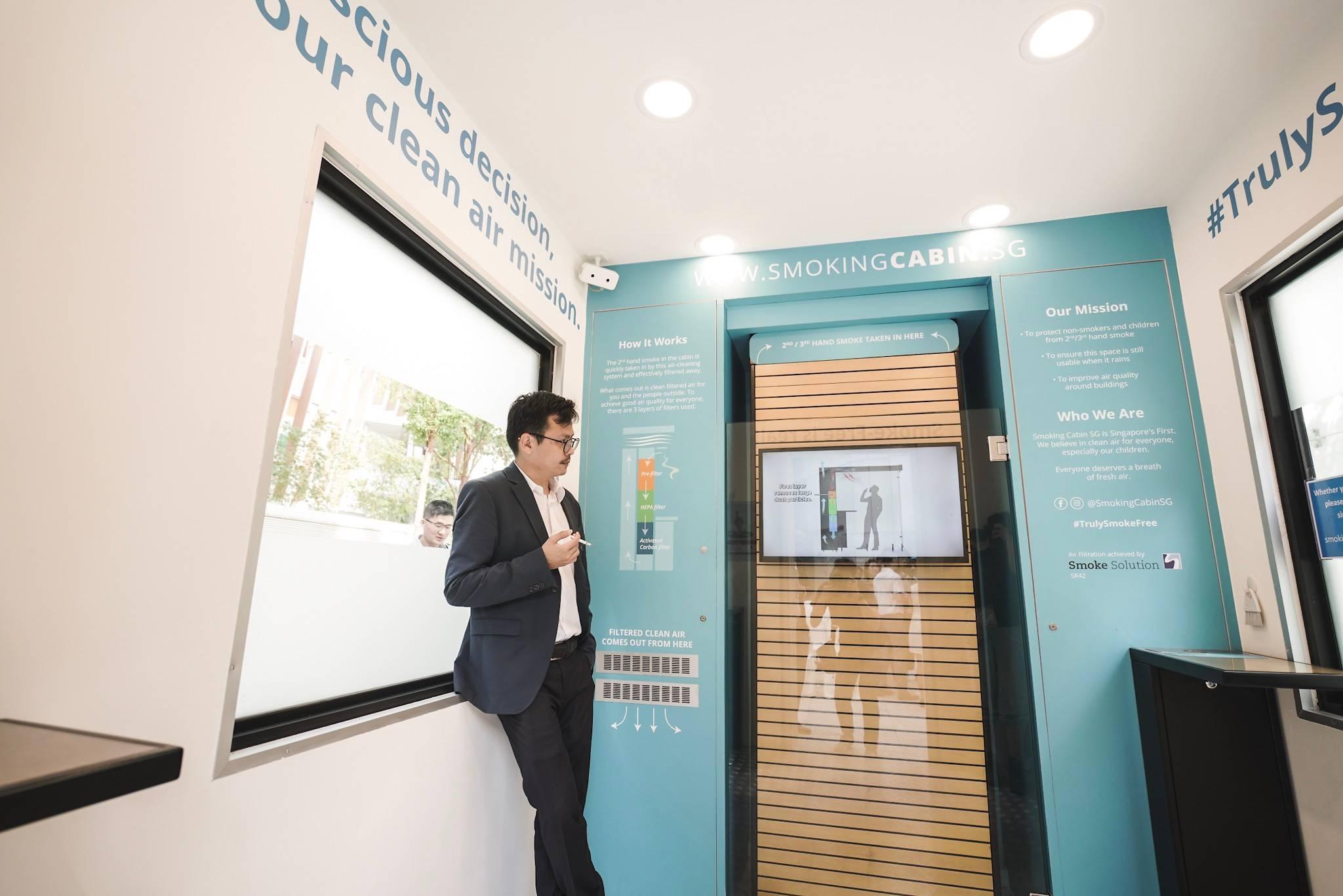 Drake Lim – Giám đốc Công ty Thiết kế Jukebox trải nghiệm cảm giác hút thuốc trong cabin.
