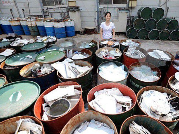 Hàng chục thùng chứa phân loại rác thải.