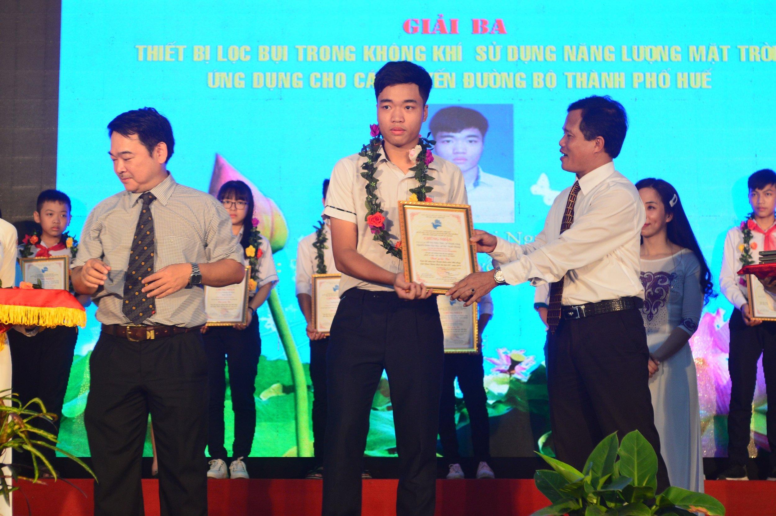 Từ Thái Nguyên nhận giải tại cuộc thi Sáng tạo Thanh thiếu niên, Nhi đồng tỉnh năm 2019. Ảnh: Nhật Tuấn .