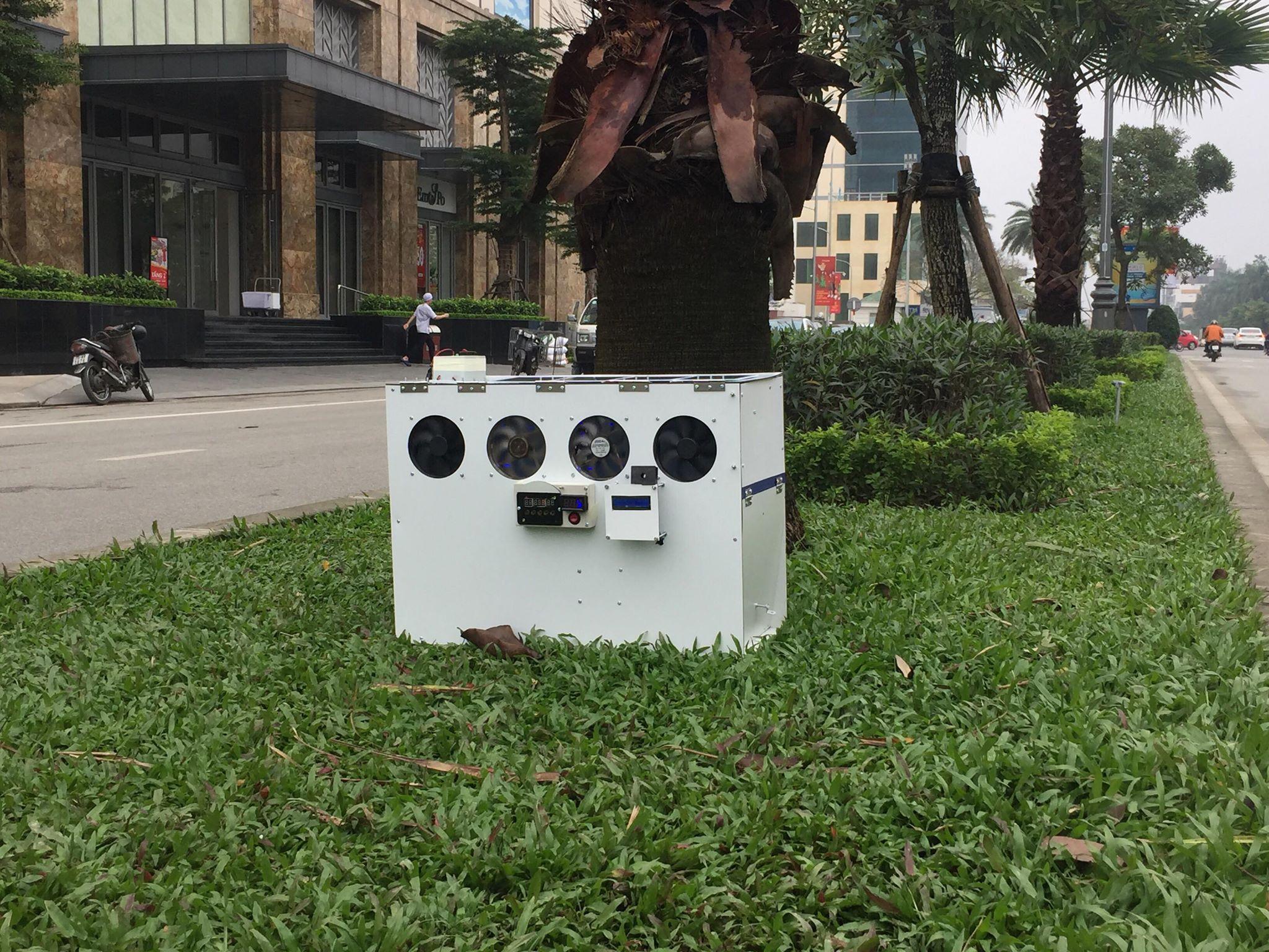 Chiếc máy được đặt thử nghiệm trên đường phố để lọc bụi. Ảnh: Nhật Tuấn.