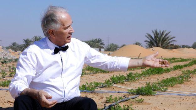 Nhà sáng chế Kristian Olesen hào hứng giới thiệu với phóng viên về quá trình tìm vật liệu trồng cây phù hợp của mình.