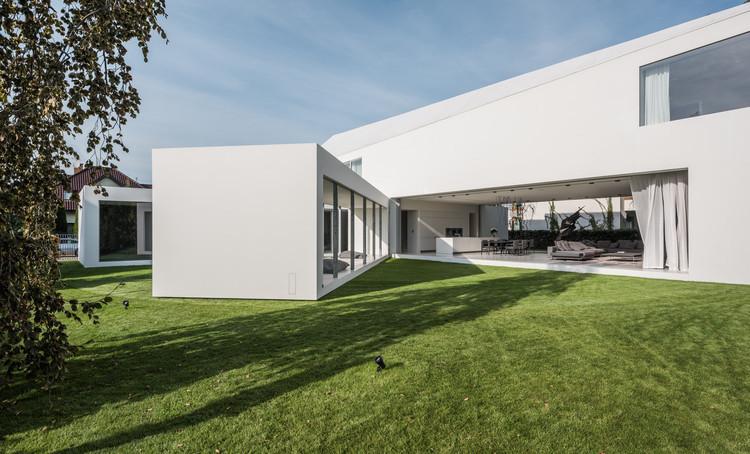 Vào mùa hè, phần di chuyển sẽ có xu hướng khép vào, giúp căn nhà mát hơn.