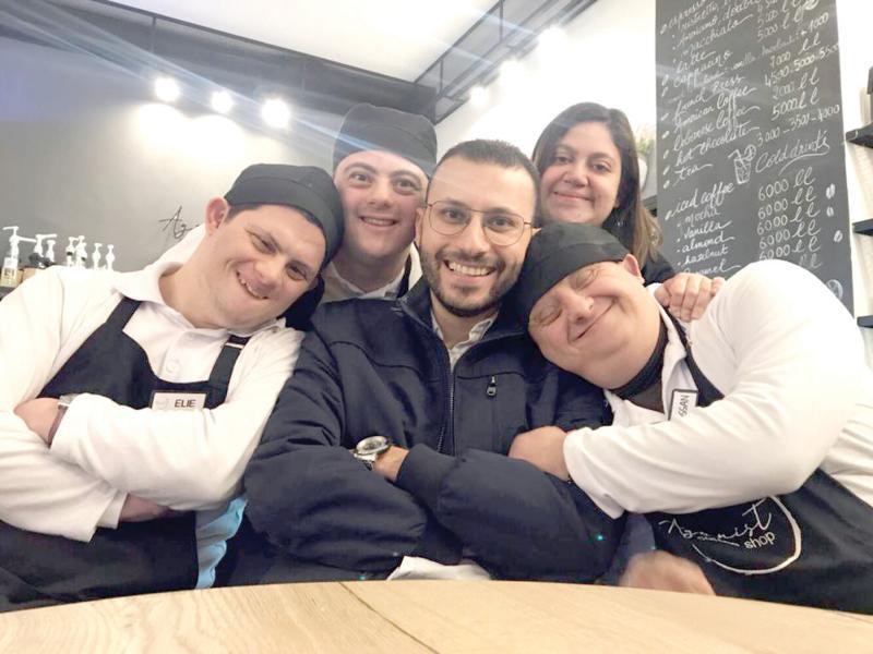 Ông chủ quán Wassim el Hage cùng các nhân viên của quán cà phê Agonist.