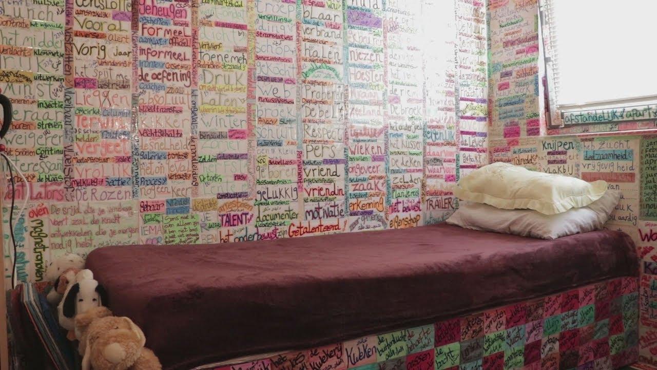 Tường, trần nhà, bàn làm việc, đều được dán những miếng giấy ghi từ vựng.