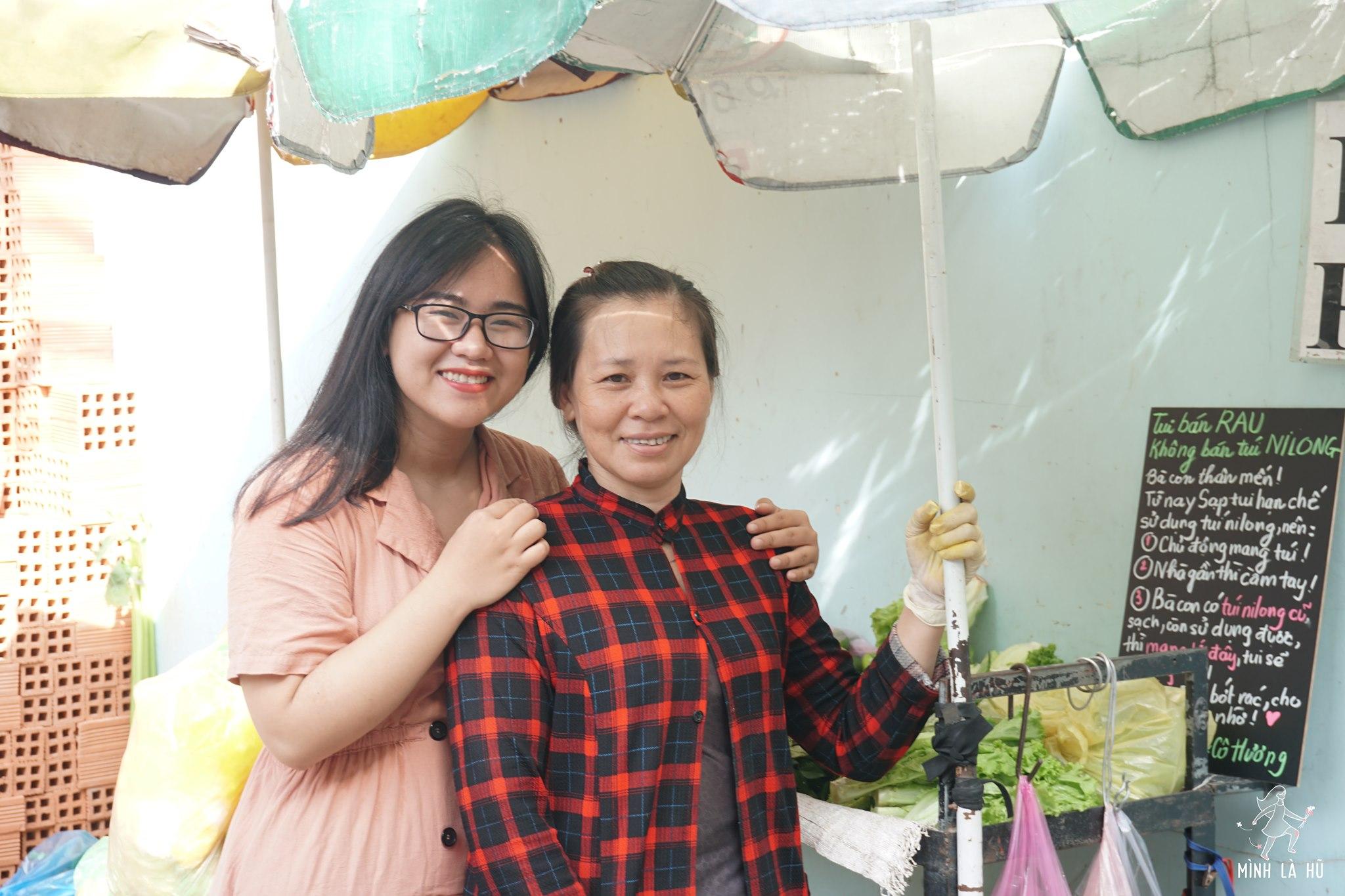 Thông điệp 'sống xanh' của cô gái trẻ Quỳnh Hương được các cô bán rau, bán thịt tích cực hưởng ứng.