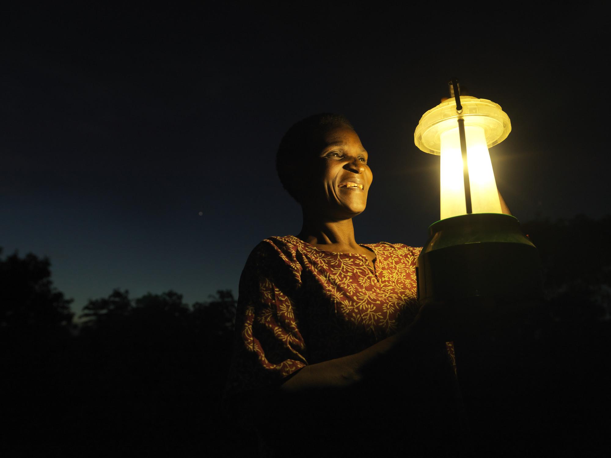 Niềm vui của 1 người dân Malawi khi được sử dụng điện mặt trời.