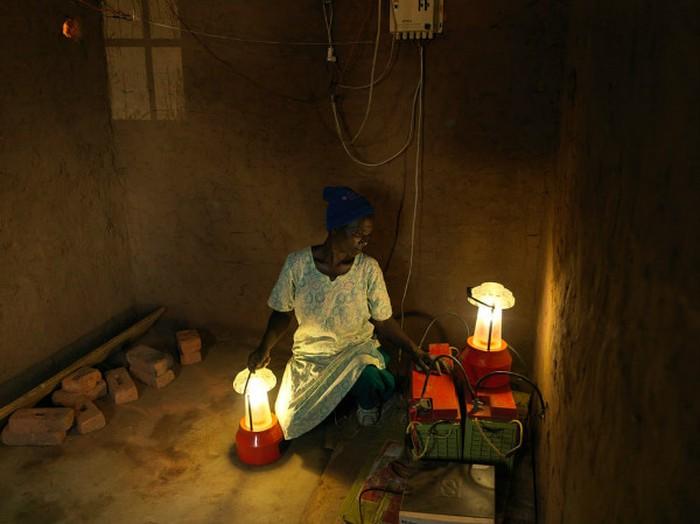 Edina kể khi còn nhỏ, bà phải bỏ học vì hoàn cảnh gia đình khó khăn. Năm nay dù 58 tuổi, bà vẫn tham gia khóa đào tạo, sử dụng các kỹ năng của mình để điện khí hóa 3 phòng học tại trường tiểu học địa phương ở Kalolo.