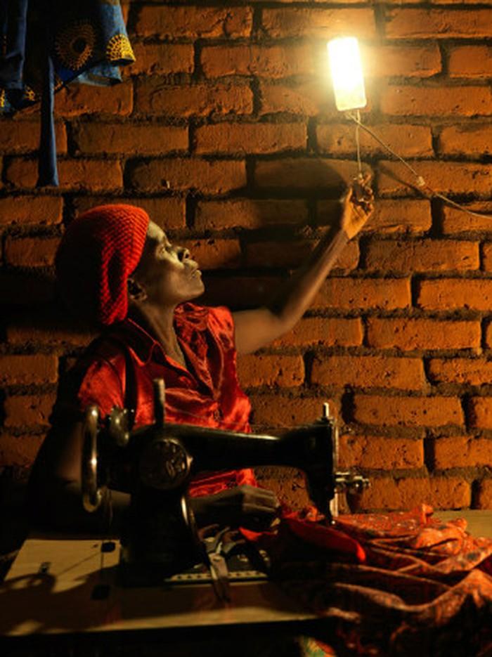 Đối với Elinati Patison, việc lắp đặt đèn năng lượng mặt trời tại nhà đã giúp bà tăng gấp đôi thu nhập.
