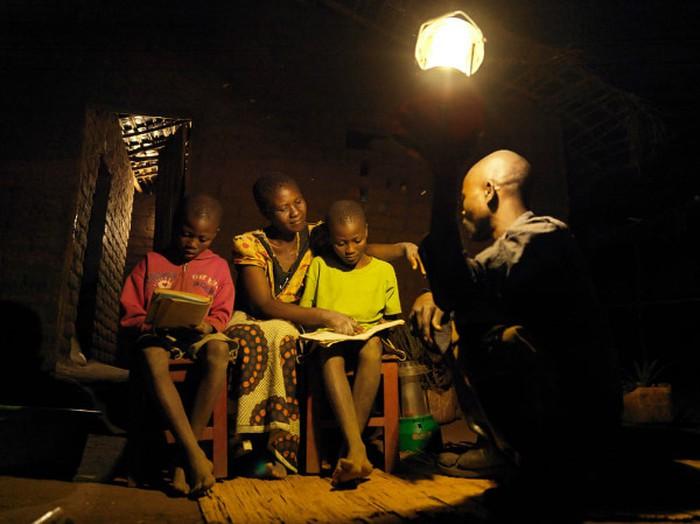 N   hững người phụ nữ được đào tạo thành kỹ sư năng lượng mặt trời hiện đang được cộng đồng nhìn nhận khác nhau. Việc trở thành kỹ sư năng lượng mặt trời đã thay đổi triển vọng và cộng đồng của họ.