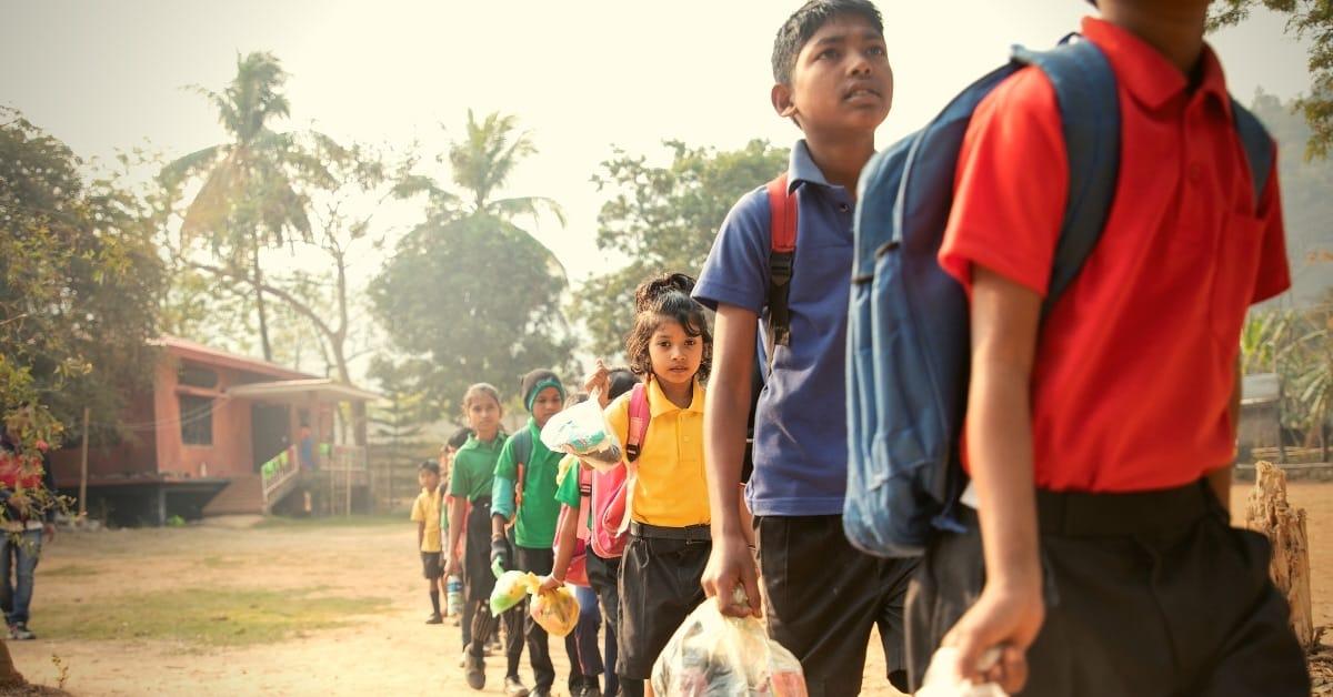 Hàng sáng, ngoài cặp sách, học sinh của trường Akshar còn mang theo các túi to đựng rác thải nhựa.