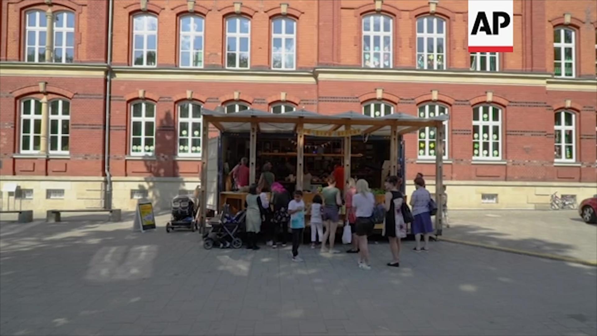 Cứ ba lần một tuần, một tiệm bán đồ ăn di động lại được dựng lên tại một góc phố ở Đức.
