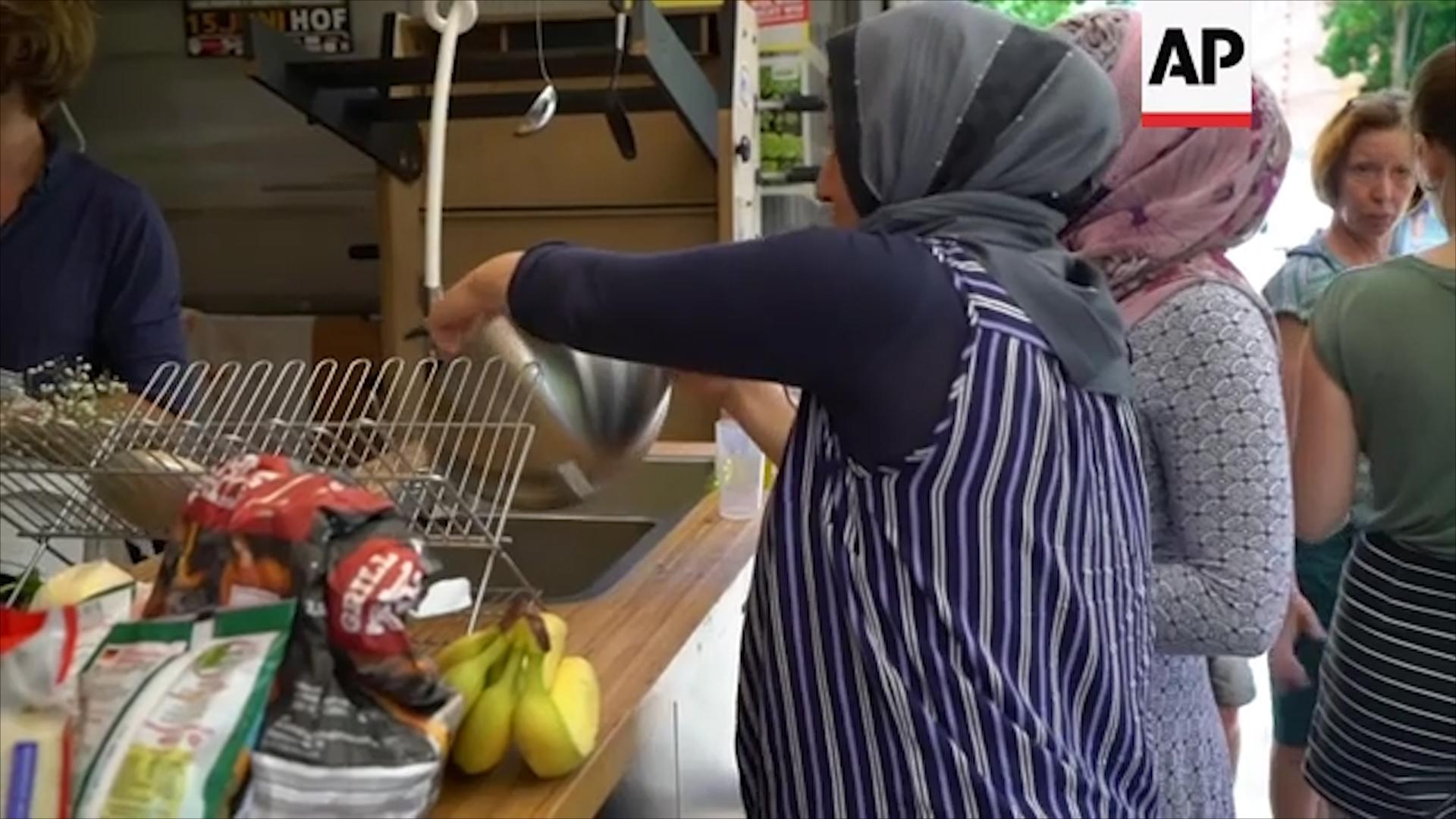 Những người tham gia phục vụ tại Bếp ăn di động thường là những người tị nạn, hay những người đang tìm cách xin được nhập cư hợp pháp tại Đức, và cả những người dân địa phương.