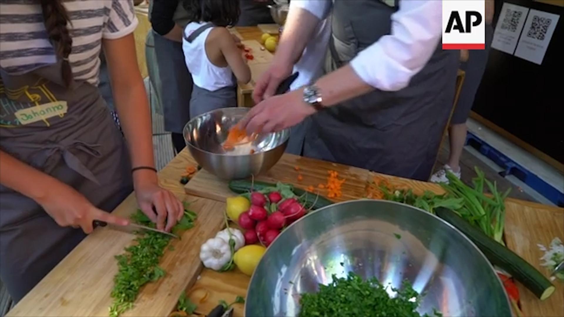 Các thành viên của Bếp ăn di động sẽ chọn một địa điểm trung tâm, tại mỗi nơi họ tới, để dựng bếp ăn.