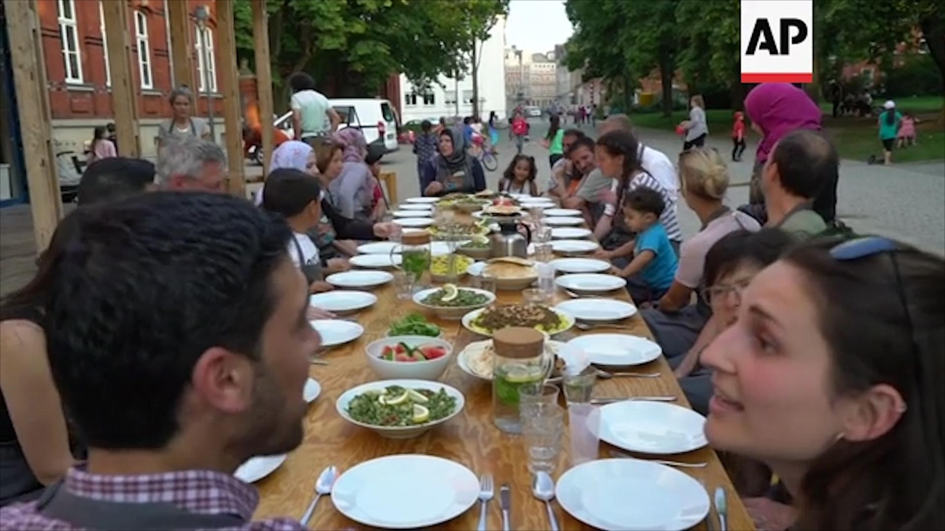 Những thành viên của dự án cũng như các khách hàng, sẽ cùng thưởng thức những món ăn Ả Rập tại bàn tiệc đặc biệt này.