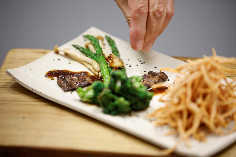 Một khẩu phần ăn bao gồm một miếng bít tết được nuôi trong phòng thí nghiệm của Công ty Aleph Farms.