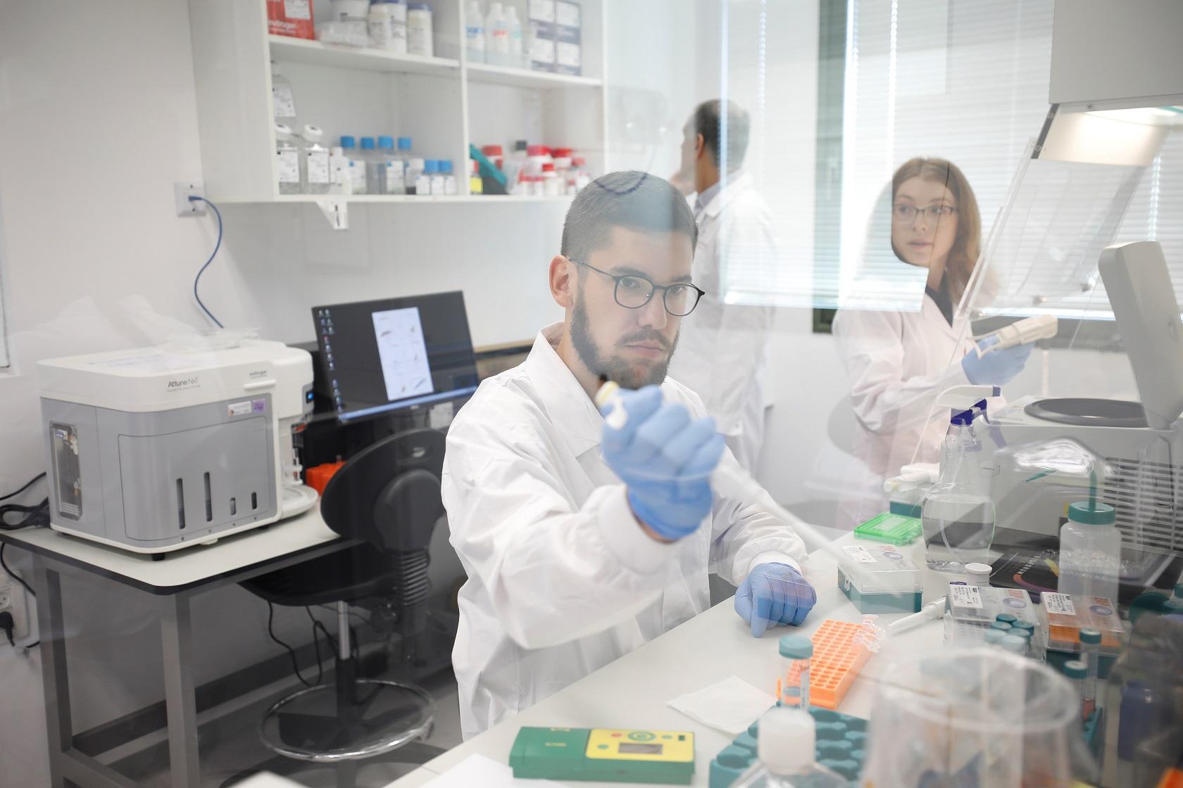 Các nhân viên nuôi thịt bò nhân tạo trong phòng thí nghiệm của Aleph Farms.