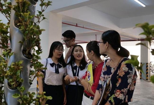 Nhóm học sinh giới thiệu giàn cây khí canh đến những giáo viên quan tâm. Ảnh: NVCC.