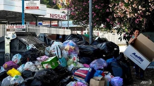 Tình trạng khủng hoảng rác thải tại Rome càng trầm trọng hơn dưới cái nóng của mùa Hè.