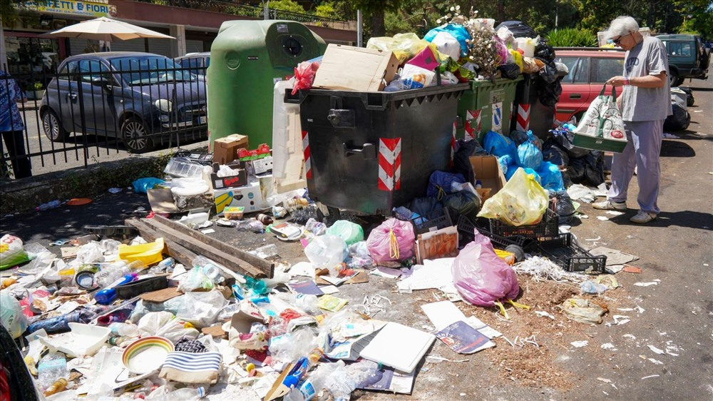 Trong khi thị trưởng Rome và các cơ quan chính quyền khu vực đổ lỗi cho nhau, sức khỏe của cư dân Rome đang bị đe dọa. Các chuyên gia đều nói về thực trạng mất vệ sinh đáng báo động.
