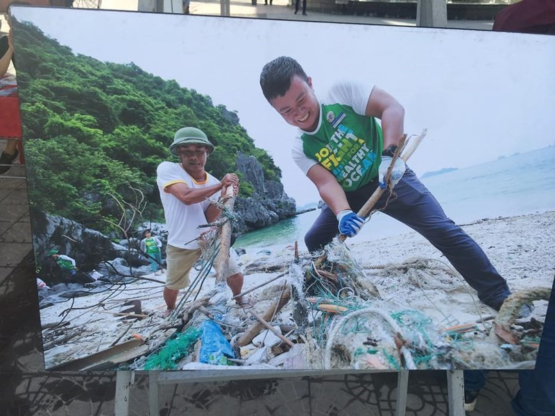 Hoạt động dọn rác trên Vịnh Hạ Long do IUCN tổ chức năm 2018.