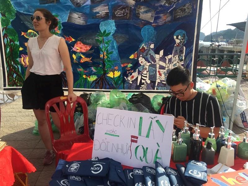 Người dân có thể mang rác đến Triển lãm để được đổi lấy một sản phẩm bất kỳ. Phía sau là những túi rác được các em nhỏ mang đến.