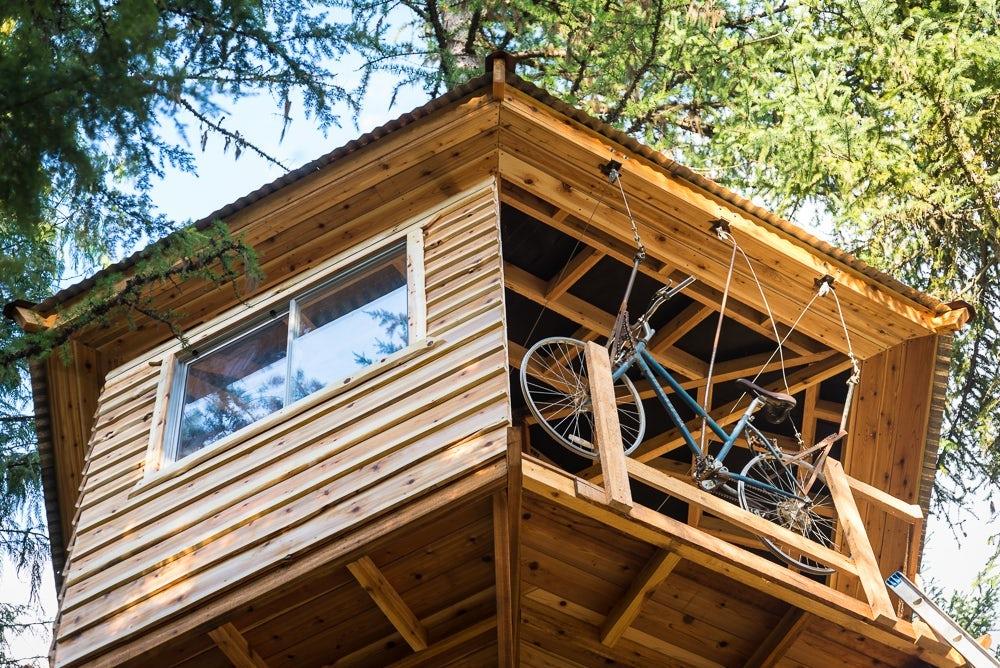 """Chiếc """"thang máy xe đạp"""" chẳng khác nào vị cứu tinh đối với Ethan mỗi khi cần đi lên đi xuống ngôi nhà cây."""