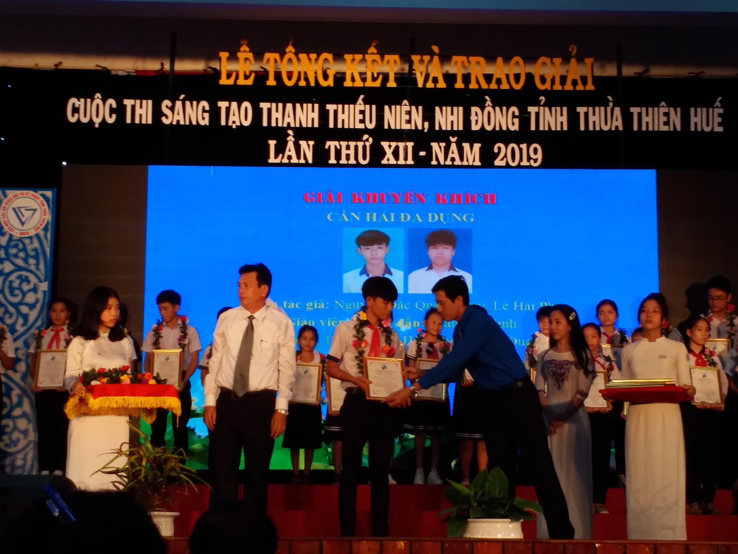 Huy nhận giải tại cuộc thi Sáng tạo Thanh thiếu niên, Nhi đồng tỉnh Thừa Thiên Huế năm 2019. Ảnh: Nhật Tuấn.
