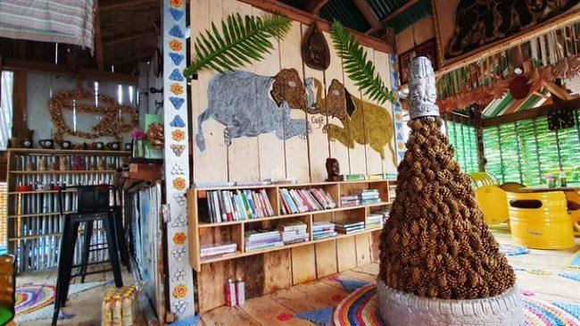 Quán được chia làm nhiều không gian khác nhau. Khách thích yên tĩnh có thể ngồi bên trong, nơi có kệ sách và nhiều góc trang trí được làm từ đồ tái chế.