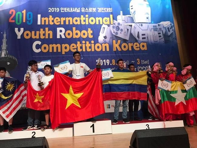 Em Bùi Phương Đông Quân (thứ tư từ trái sang), giành 2 cúp vàng tại IYRC tổ chức tại Hàn Quốc. Ảnh: BTC cung cấp.