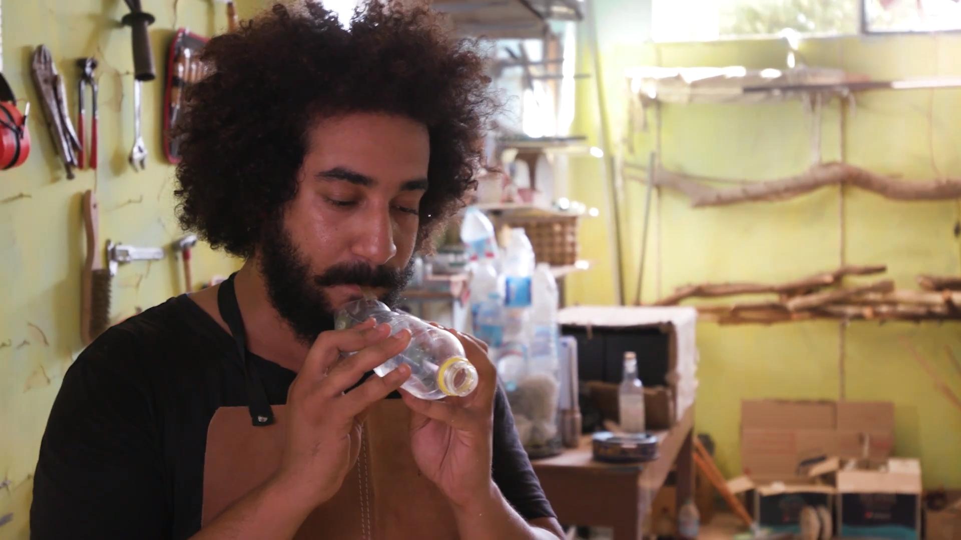 Chỉ với 1 vài dụng cụ đơn giản và kính bảo hộ, anh Shady Rabab đã biến các loại rác thải thành nhạc cụ.