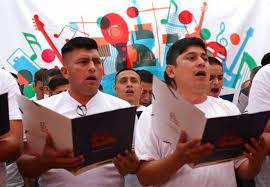 Họ đang tích cực tập luyện cho buổi hòa nhạc giao hưởng đúng vào dịp kỷ niệm 200 năm Quốc khánh Peru (28/7/1821 - 28/07/2021).