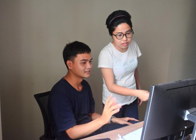 Chị Vân cùng cộng sự dành toàn tâm toàn lực cho dự án.