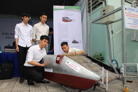 Nhóm bạn trẻ với mô hình phương tiện thu gom rác thủy bộ - Ảnh: Đoàn Nhạn (Nguồn: Tuổi Trẻ).