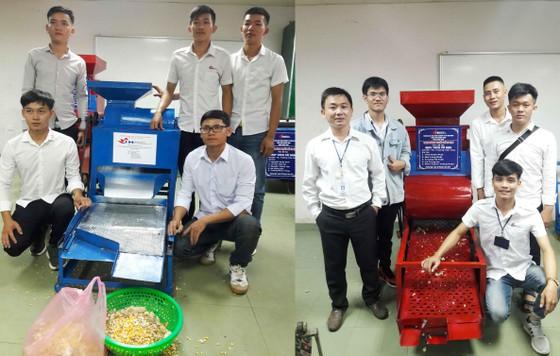 Hai nhóm sinh viên Trường Đại học Công nghiệp TPHCM phân hiệu Quảng Ngãi chế tạo thành công máy tách hạt bắp và máy tách hạt đậu phộng. Ảnh: Nguyễn Trang . Nguồn SGGP.