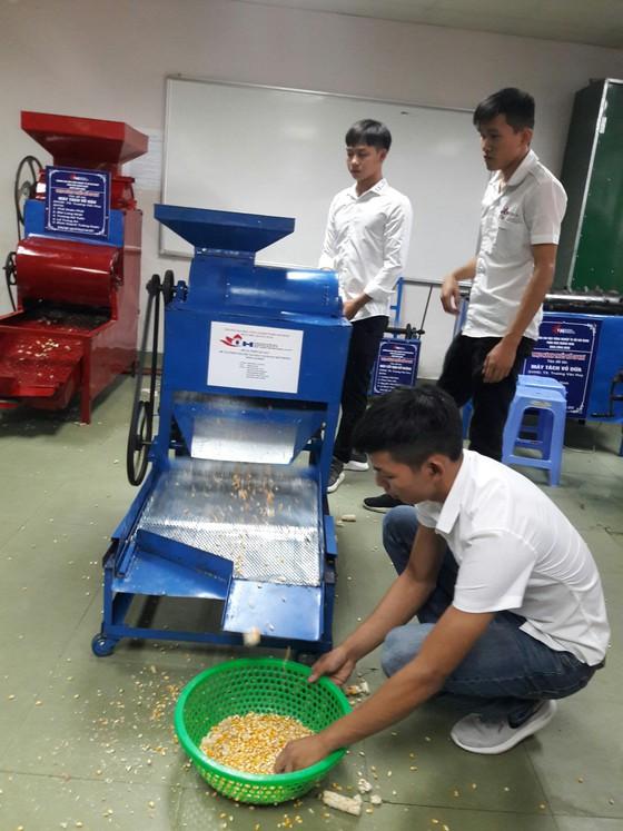 Máy tách hạt bắp với giá thành chỉ khoảng 2,5 triệu đồng do các sinh viên chế tạo. Ảnh: Nguyễn Trang - SGGP.