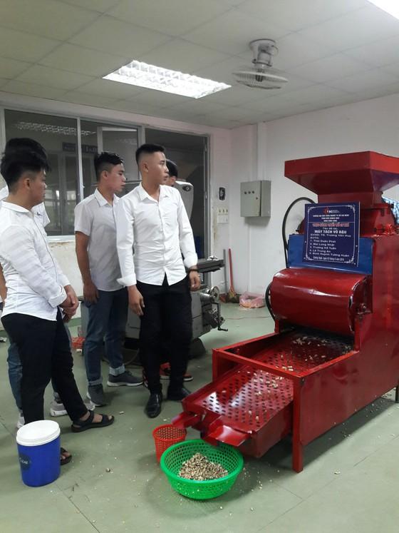 Máy tách hạt đậu phộng với chi phí đầu tư chỉ 3,2 triệu đồng. Ảnh: Nguyễn Trang. Nguồn: SGGP.