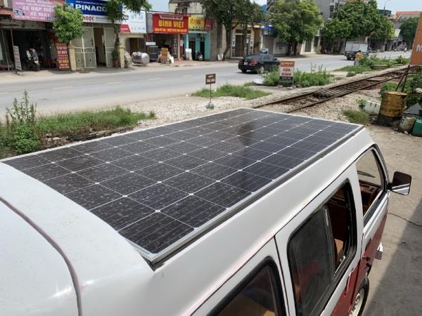 Tấm pin năng lượng mặt trời lớn được cố định trên nóc xe.