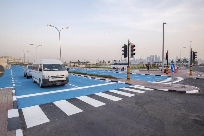 Các con đường màu xanh này sẽ hấp thụ ít bức xạ Mặt trời và phản chiếu lại các tia UV độc hại, giảm bớt nhiệt độ cho khách bộ hành và người đi xe mô tô.