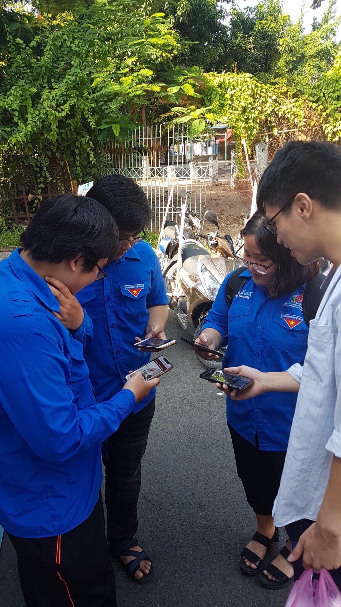 Đoàn viên quận 6 đang cài ứng dụng Tìm hiểu Di chúc Chủ tịch Hồ Chí Minh.