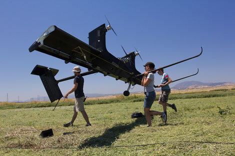 Được làm từ sợi carbon, diều tua bin Wing7 có chiều dài 8m và nặng gần 60kg.
