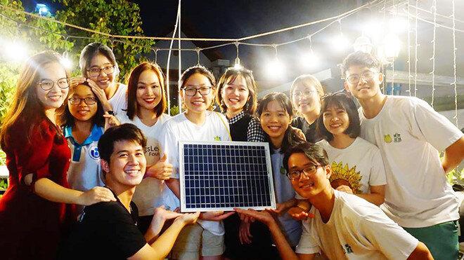 Nhóm dự án trong những lần lắp pin năng lượng mặt trời và máy lọc nước cho người dân.