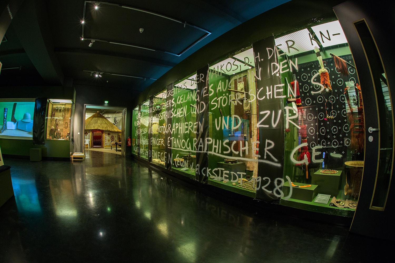 Intervention in die Dauer- ausstellung des GRASSI Museum für Völkerkunde / Intervention in the permanent exhibition of the Ethnographic Museum / Leipzig / Januar - Mai 2016   grassiinvites.info